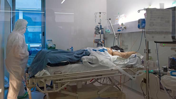 Corona-Infizierter auf einer Intensivstation in Barcelona. Die Zahl der Opfer ist wieder leicht ansteigend.