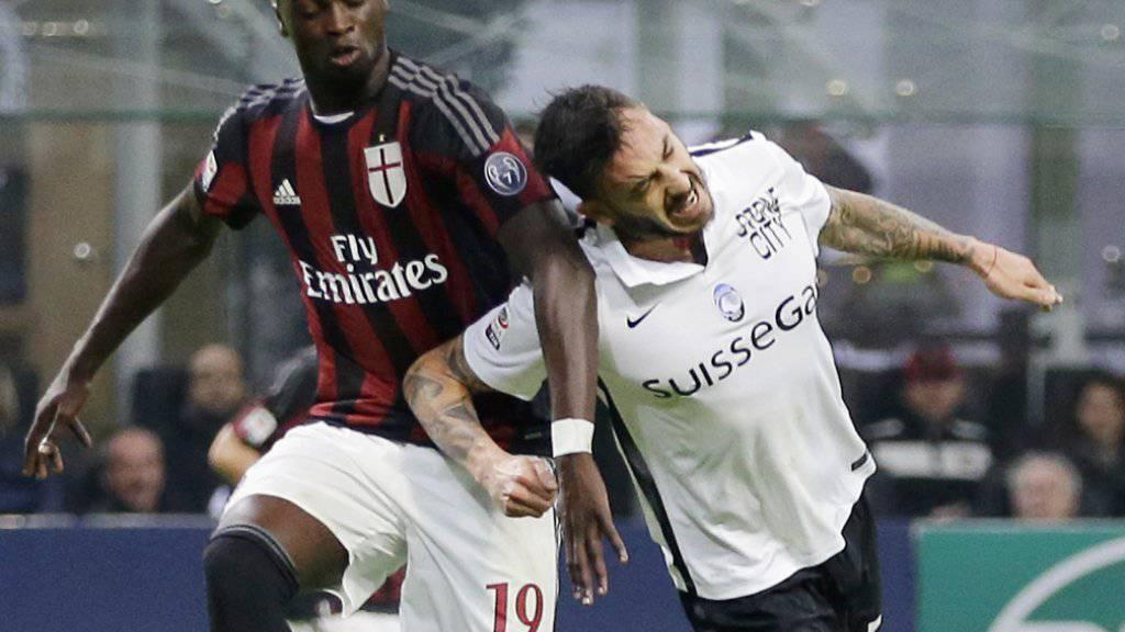Harter Zweikampf zwischen Milans Mbaye Niang (links) und Atalantas Andrea Masiello