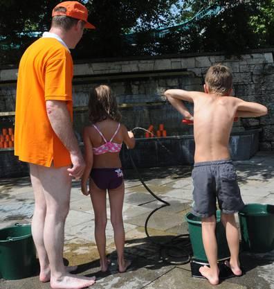 Anstrengendes Pumpen gehörte ebenso dazu wie mit dem Wasserstrahl die Büchsen wegzufegen