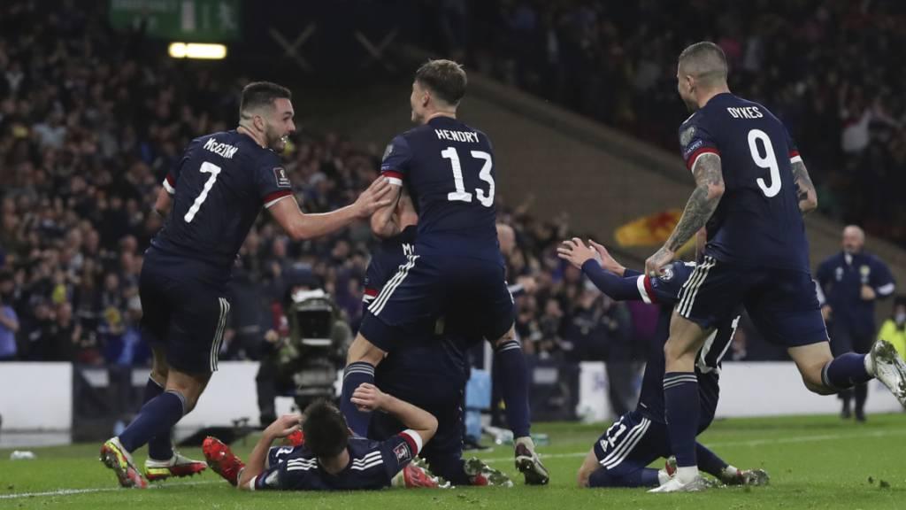 Schottland auf Playoff-Kurs – Dänemark und England souverän