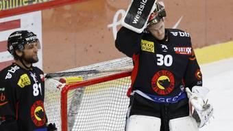 SCB-Goalie Leonardo Genoni kann es nicht glauben: Er erlebt mit Bern ein bitteres Déjà-vu