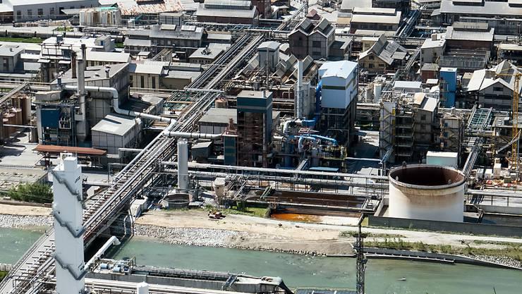 Die Ursache des Gasaustritts bei den Lonza-Werken Visp war auch am Montag noch nicht bekannt. Seit 2007 kam es bei den Werken zu drei tödlichen Betriebsunfällen. (Archivbild)