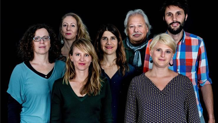 Sie sichten Filme für die kommenden Filmtage: (v.l.n.r.) Barbara Pilcher, Jasmin Basic, Seraina Rohrer, Annina Wettstein, Heinz Urben, Elodie Brunner, Niccolò Castelli.