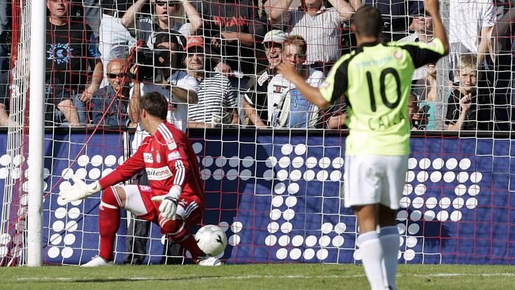 Entscheidung auf dem Brügglifeld: GC-Goalie Yann Sommer und Davide Calla können dem Ball nach dem Schuss von Sandro Burki nur noch zuschauen.