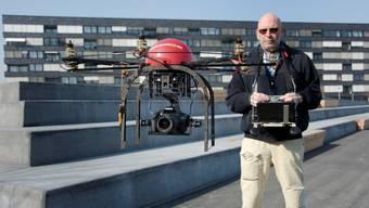 Markus Stücklin steuert seinen Mikrokopter, der eine Kamera tragen kann.  zvg/georgios kefalas