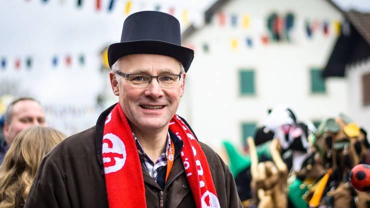 SVP-Bundesratskandidat mit rotem Schal: Hansjörg Knecht war Schirmherr beim internationalen Narrentreffen in Leibstadt. P. Züst