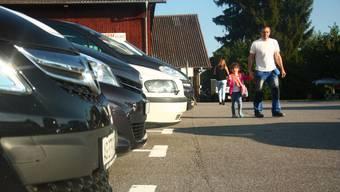 Die Einen chauffieren ihre Kinder per Elterntaxi in Kindergarten oder zur Schule, andere lassen sie zu Fuss gehen - oder begleiten sie anfangs noch. (Symbolbild)