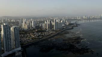 Blick auf Panama-Stadt im Licht der untergehenden Sonne.