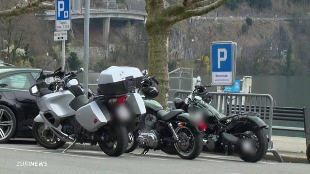 Gemeinde Brunnen erhebt Parkgebühren für Motorradfahrer