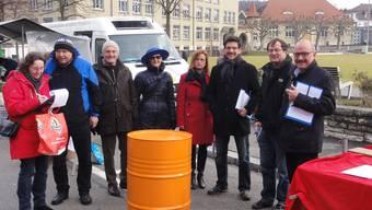 Mitglieder des Referendumskomitees, darunter Gemeindepräsidenten und Kantonsräte, beim Unterschriften-Sammeln Markt im Oltner Bifang.