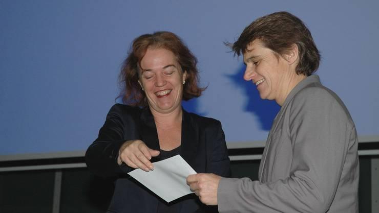 Die erfolgreiche Sabine Eichenberger (rechts) vom Kanu Club Brugg wird von Stadträtin Andrea Metzler genauso geehrt wie