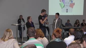 Tonja Kaufmann (JSVP) und Gion Reto Kaiser (JGLP) stellen sich im Interview den Fragen der Jugendlichen.