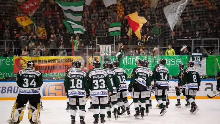 Zusammen mit den Fans feiern die Spieler des EHC Olten den 4:1-Sieg gegen den HC Sierre.