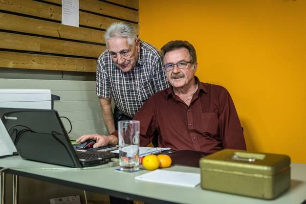 Hansruedi Steiner (links) und Ruedi Hunziker tragen die Ergebnisse nach