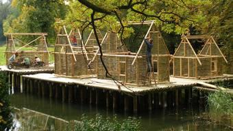 Nach dem Hochwasser wieder aufgebaut: Pfahlbauten im Bally-Park. (Archiv)