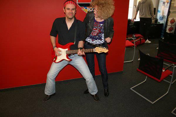 Nicola Bomio versucht sich als Gitarrist, 2011