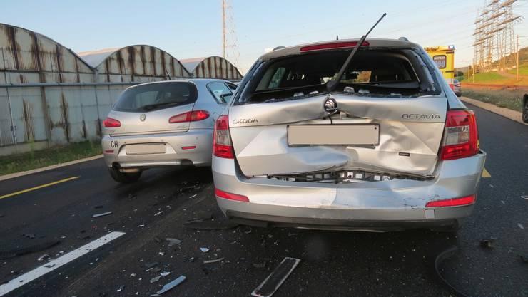 Der Alfa Romep prallte in einen vor ihm befindlichen Nissan, welcher in zwei weitere Fahrzeuge geschoben wurde.