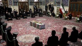 ARCHIV - Menschen beten am Sarg des ermordeten iranischen Atomphysikers Mohsen Fachrisadeh. Foto: --/Iranian Defense Ministry/AP/dpa - ACHTUNG: Nur zur redaktionellen Verwendung und nur mit vollständiger Nennung des vorstehenden Credits
