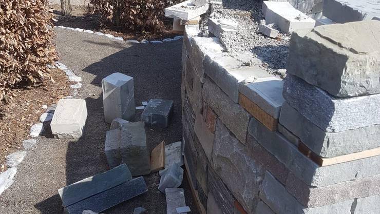 Kein Respekt vor harter Arbeit: Diese Mauer wurde mutwillig zerstört.