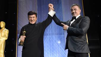 Preisträger Jackie Chan und Kollege Sylvester Stallone bei den 2016 Governors Awards (Ehrenoscars) im Dolby Ballroom in Los Angeles.