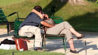 Paare dürfen sich küssen aber Basketballspielen geht nicht. Das findet ein Fricktaler Vater unfair. (Symbolbild)