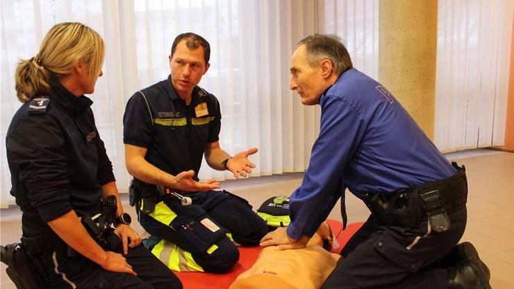 Der Chef der Regionalpolizei aargauSüd Dieter Holliger (r.) und sein Team wurden am Dienstag von den Mitgliedern des Rettungsdiensts des Spitals Menziken geschult.