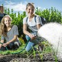 Die Bezirksschülerinnen Maria Cotelli (l.) und Louisa Fröhlich packen seit Februar im Klostergarten mit Gärtner Fabian Meier an. chris iseli