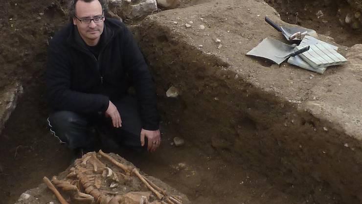 Der örtliche Grabungsleiter Carmelo Vittorio Porto mit einem der freigelegten mittelalterlichen Skelette.Kantonsarchäologie LUzern