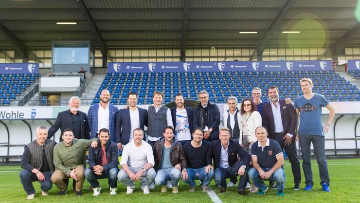 Franz Schmid (vorne, 3.v.r.) und seine früheren Teamkollegen posieren zum Abschied des FC Wohlen aus der Challenge League in den Niedermatten.