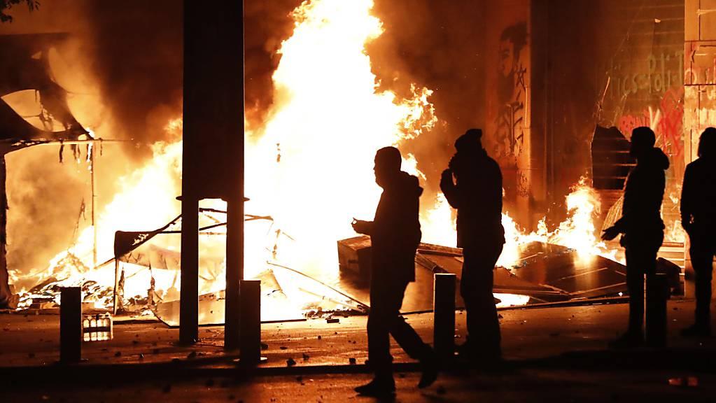 Die Wut vieler Libanesen auf ihre korrupte politische Führung lässt sich nicht mehr besänftigen und setzt auch die Hauptstadt Beirut in Brand.