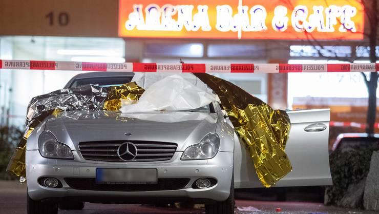 Ein Auto steht vor der «Arena-Bar», in der der Täter mehrere Menschen erschoss.