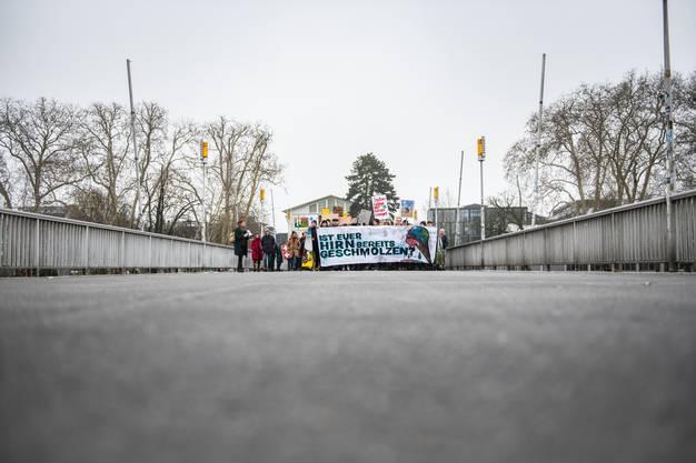 Die Demonstranten auf der Kreuzackerbrücke