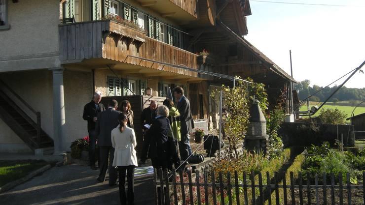 Das Bau- und Justizdepartement besucht den Hof der Familie Affolter. Im Rahmen der Ortsplanungsrevision wurde Beschwerde eingelegt.