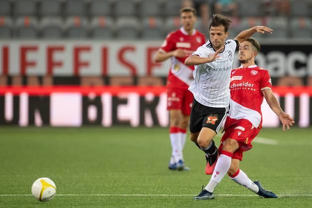 Valentin Stocker lässt sich trotz Druck nicht vom Ball ablenken.
