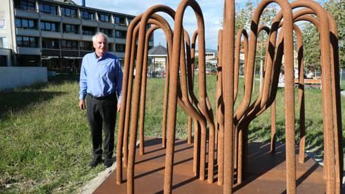 Künstler Heinz Aeschlimann lädt dazu ein, den Gedanken beim Bestaunen der Skulptur  freien Lauf zu lassen