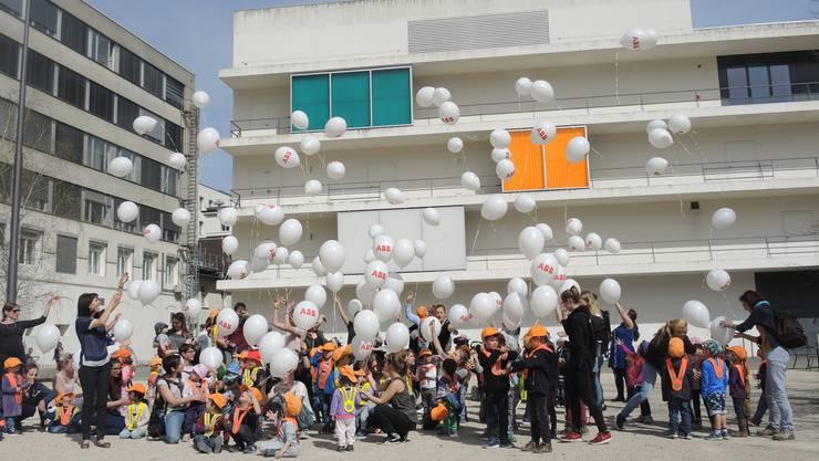 Jeannette Good (links) lässt zusammen mit Kindern aus drei verschiedenen Krippen der ABB die Ballone steigen.