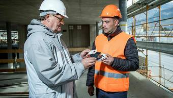 Arbeitsinspektoren können anhand des elektronischen Ausweises auf den Baustellen sofort überprüfen, ob die Sozialabgaben des Arbeitnehmers bezahlt worden sind und ob dieser einen Arbeitsvertrag hat.