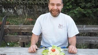 Alles Käse oder was? René Schmid tüftelt am perfekten Wurst-Käse-Salat – für die Weltmeisterschaft in Oeschgen.