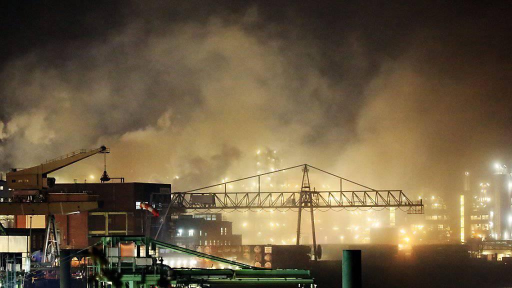 Der Chemiepark in Leverkusen ist in Rauch gehüllt nach einem Brand in einem Lagergebäude.