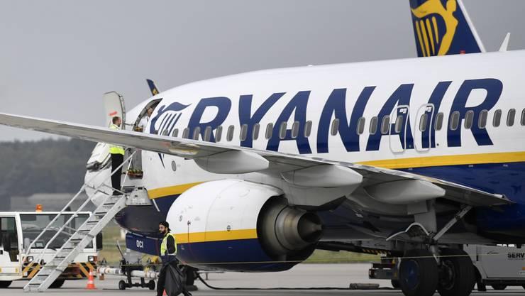 Der Billigflieger Ryanair muss in Spanien einer Passagierin die für das Handgepäck erhobenen Gebühren in Höhe von 20 Euro zurückerstatten. Die Zusatzgebühren seien ungerechtfertigt, befand ein Gericht. (Archiv)