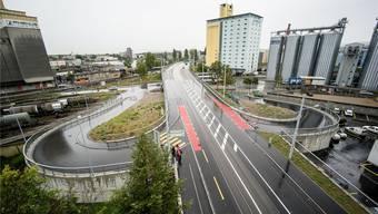 Die Hiltalingerbrücke wird nun von zwei grossen Rampen für die Auf- und Abfahrt von Schwerverkehr flankiert.