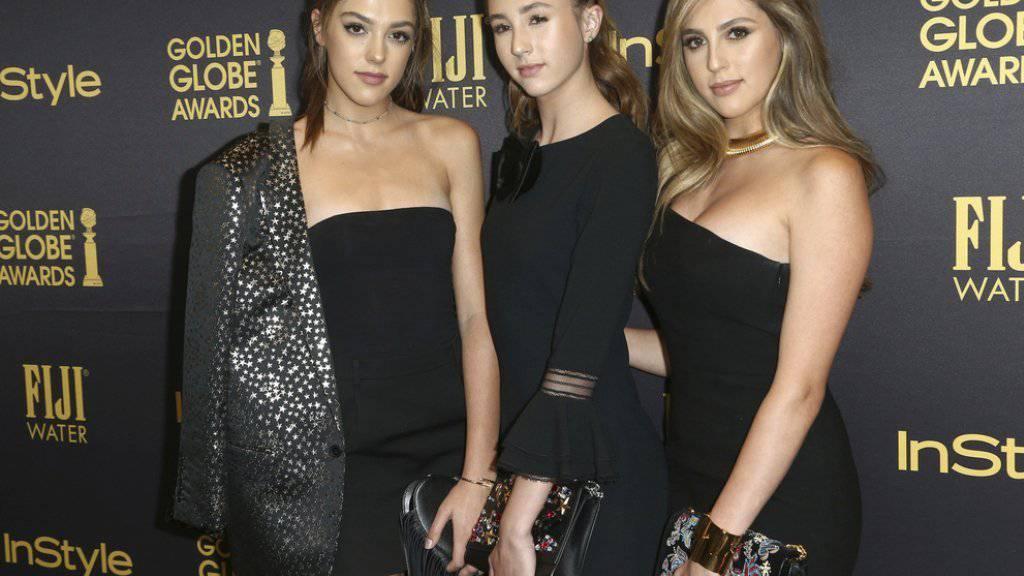Sylvester Stallones geballte Ladung Schönheit: Sistine, Scarlet und Sophia Stallone (von links) assistieren an der Golden-Globe-Verleihung Moderator Jimmy Fallon.