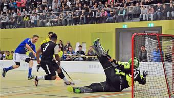 Die beiden auffälligsten Spieler im Duell: Alfred Kurtesi blockt den Schuss von Mümliswils Fabio Mutti.
