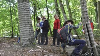Mit Asche malten die Teilnehmerinnen und Teilnehmer des Jubiläumsanlasses Ringe auf die Bäume.Samuel Frey