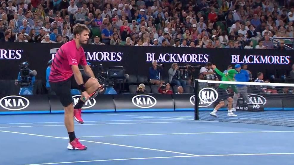 Stan hat seine Emotionen im Match gegen Federer nicht unter Kontrolle. Die Hersteller der Schläger sehen das nicht gern.