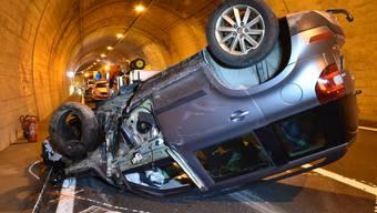 Die Lenkerin hatte Glück. Sie verletzt sich beim Unfall im Landwassertunnel bei Davos nur leicht.