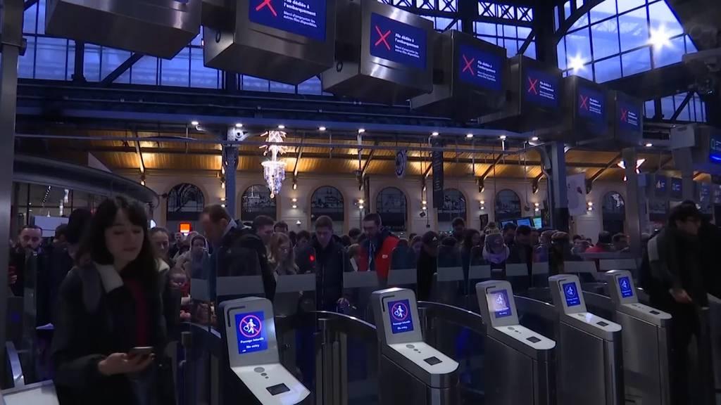 Streik sorgt für Chaos an Bahnhöfen