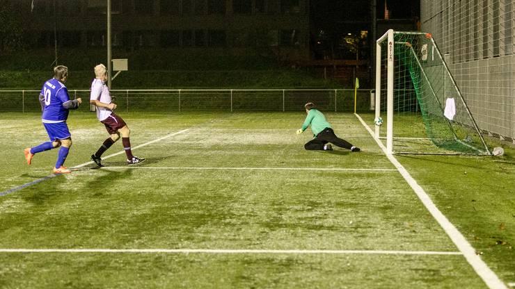 Muris Begovic, Goalie des FC Religionen, konnte diesen Ball nicht mehr halten. In der zweiten Halbzeit gab der FC Bosna den Ton an.