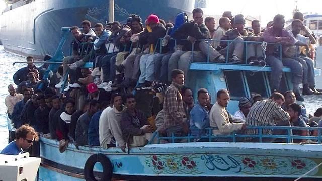 Flüchtlinge aus Nordafrika vor der italienischen Küste (Archiv)