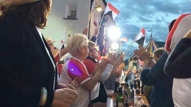 Vom Alphorn-Empfang bis zum Schunkeln mit DJ Antoine: Die Wohler Jass-Fans in Simplon Dorf
